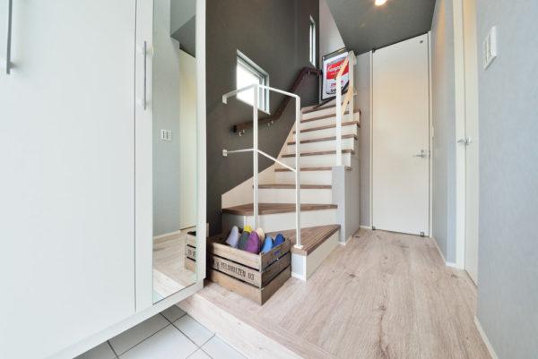 オーナーズステージ 興戸 モデルハウス 玄関階段写真
